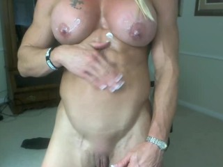 Deliciously ripped muscle MILF Ginger shows off her fucktastic body on cam