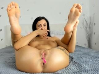 Amalia barefoot mastrubation